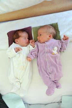 Yuna-Enea, 10.12.10 , 3020 g (rechts) und Zwillingsschwester Lynn Sophie, 10.12.10, 2640 g (Klinik Stephanshorn) (Bild: Ralph Ribi)