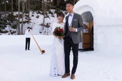 Hochzeitsfoto vor der Eiskapelle, mit Alphornbläser im Hintergrund. (Bild: Keystone)