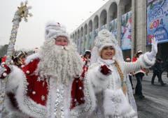 Eine kalte Angelegenheit ist der Jahreswechsel in Kirgistan: Väterchen Frost und seine unterkühlte Begleitung bei der Parade zum Jahreswechsel. (Bild: Keystone)