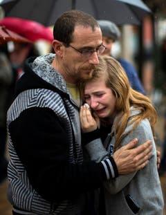 Eine junge Frau weint in Barcelona um Absturzopfer. (Bild: Keystone)