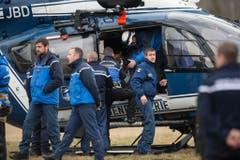 Polizisten, Bergretter und Feuerwehrleute begeben sich mit dem Helikopter ins Unglücksgebiet. (Bild: Keystone)