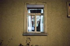 Schauderhafte Innendekoration? Nein, Halloween im Fenster eines Wohnblocks in St.Gallen (31.10.2016). (Bild: Benjamin Manser)