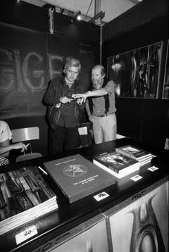 H.R. Giger mit dem Zeichner Guillermo Mordillo. (Bild: Keystone)