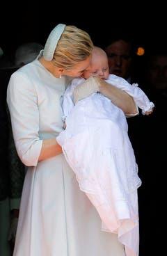 Prinzessin Charlène drückt ihre Tochter Gabriella an sich. (Bild: Keystone)