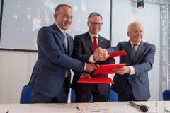 Renato Mazzoncini (FSI) Andreas Meyer (CEO SBB) und Ruediger Grube (DB) an der Pressekonferenz am 31. Mai zur Eröffnung des Gotthard-Basistunnels. (Bild: Keystone)