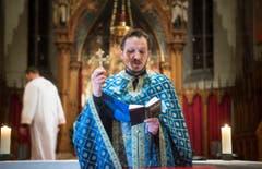 Mit Gebeten und Gesängen eröffnet Priester Brane Saric die Liturgie. (Bild: Ralph Ribi)