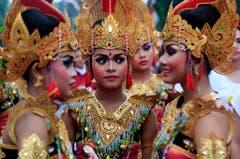 Prächtig geschmückte Frauen begrüssen das neue Jahr auf Bali. (Bild: Keystone)