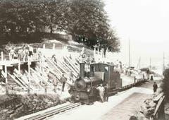 Die Verbreiterung der Teufener Strasse bei der Hochwacht mit dem gleichen Bauzug und teilweise den gleichen Personen wie im vorangehenden Bild. (Bild: Stadtarchiv der Ortsbürgergemeinde St.Gallen)