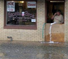 In Annapolis pumpt ein Glacéfabrikant seinen Laden aus. (Bild: Keystone)