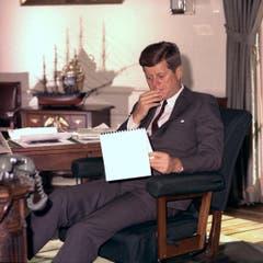Kennedy studiert Dossiers am 18. Januar 1962 im Weissen Haus. (Bild: Keystone)