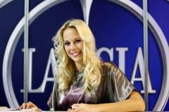 Als Miss Schweiz besuchte Linda Fäh auch die Messe Auto Zürich. (Bild: Keystone)