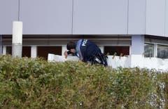 Ein Polizist bei der Spurensicherung. (Bild: Keystone)