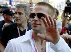 Dicke Freunde: George Clooney und Brad Pitt besichtigen 2004 die Formel-1-Rennstrecke in Monaco. (Bild: Keystone)