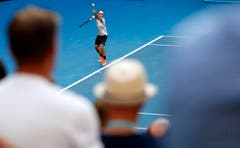 Roger Federer beim Service. (Bild: Keystone)