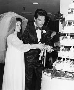 Priscilla und Elvis schneiden ihre Hochzeitstorte an (Mai 1967). (Bild: Keystone)