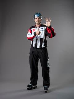 Zu viele Spieler auf dem Eis (IIHF-Regel 166): Ein Team darf maximal einen Torhüter und fünf Feldspieler oder sechs Feldspieler auf dem Eis haben. Auf Brusthöhe werden sechs Finger ausgestreckt, wobei eine Hand geöffnet ist. (Bild: Keystone)