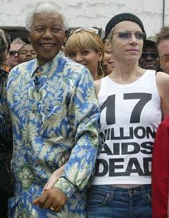 Nelson Mandela und Sängerin Annie Lennox (2003). (Bild: Keystone)