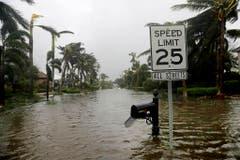 Eine überflutete Strasse nahe des Ozeans in Naples, Florida. (Bild: Keystone)