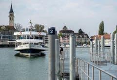 Ein Schiff mit Ehrengästen legt in Romanshorn an. (Bild: Reto Martin)