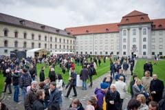 Grosses Stelldichein am St.Galler Klosterplatz. (Bild: Benjamin Manser)