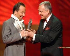 2004 überreichte Kurt Felix Popstar DJ Bobo den Swiss Award in der Kategorie Musiker und Entertainer. (Bild: Keystone)