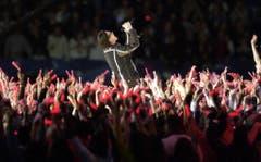 """Platz 2: U2. Man mag von Bono halten, was man will., aber in grossen Stadien entfaltet sich sein Talent für grosse Gesten. Knapp fünf Monate nach den Anschlägen vom 11. September 2001 sang er """"Where The Streets Have No Name"""" und liess dabei die Namen aller Toten auf eine Leinwand projizieren. (Bild: KATHY WILLENS (AP))"""