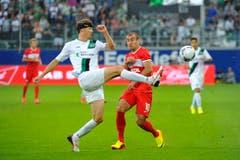 St.Gallens Captain Phillippe Montandon gegen Yura Movsiyan. (Bild: Urs Bucher)