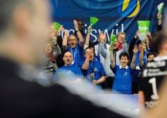 Die Amriswiler Fans feiern den Sieg ihrer Mannschaft. (Bild: Keystone)