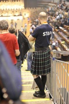 Auch die Helfer sind dem Anlass entsprechend schottisch gekleidet. (Bild: Hanspeter Schiess)