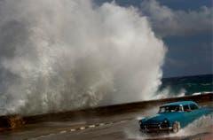 In Kuba, hier der Malecón in der Hauptstadt Havanna, hat «Sandy» bereits gewütet. (Bild: Keystone)
