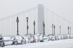 Eingeschneite Autos auf der George Washington Brücke in Manhattan. (Bild: Keystone)