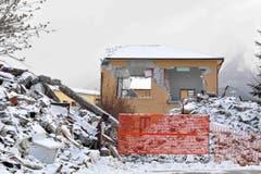 Trostlose Trümmerlandschaft und bittere Kälte. (Bild: EPA/Emiliano Grillotti)