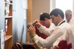 Die Musiker bereiten sich auf den Auftritt vor. (Bild: Michel Canonica)