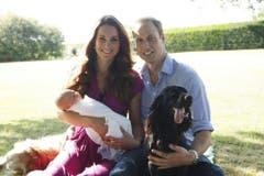 Das erste offizielle Famlienfoto wird am 20. August 2013 gezeigt. Michael Middleton, der Vater von Kate, fotografiert die junge Familie im Garten der Middletons in Bucklebury, Berkshire. Mit dabei sind auch die Familienhunde. (Bild: Keystone)