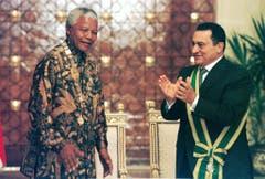 Nelson Mandela und der ägyptische Präsident Hosni Mubarak 1997 in Kairo. (Bild: Keystone)