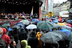 Das Publikum liess sich vom Regen nicht verdriessen und verfolgte die Präsentationen mit Interesse. (Bild: Keystone)
