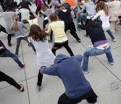 Ein sogenannter Flashmob, der über das Internetportal Facebook organisiert wurde, trifft sich zum Tanz und verschwindet genau so schnell wie er aufgetaucht ist. (Bild: Benjamin Manser)