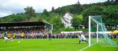 Brühls Alex de Freitas trifft mittels Elfmeter zum 2:0. (Bild: Urs Bucher)