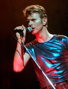 David Bowies androgynes Auftreten sorgte vielfach für Spekulationen. Immer wieder wurde behauptet, er sei bisexuell. Bowie hat sich dazu nie geäussert (1995). (Bild: Keystone)