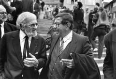 Die Schriftsteller Wolfgang Hildesheimer (links) und Günter Grass nehmen 1991 an der Abdankungsfeier für Max Frisch teil. (Bild: Keystone)