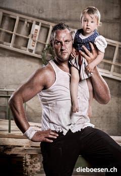 Der Toggenburger Schwinger Nöldi Forrer stemmt seine bald zweijährige Tochter Maila in die Höhe. (Bild: dieboesen.ch/Thomas Buchwalder)
