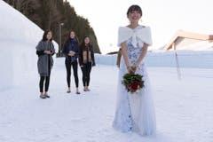 Brautstrausswerfen im Schnee. (Bild: Keystone)