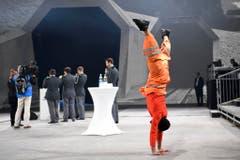 Ein Tänzer wärmt sich für die Show an der Eröffnungsfeier auf. (Bild: Keystone)