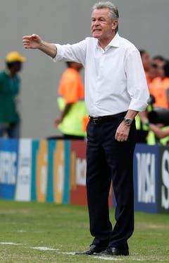 Nati-Coach Ottmar Hitzfeld gibt vom Spielfeldrand aus Anweisungen. (Bild: Keystone)