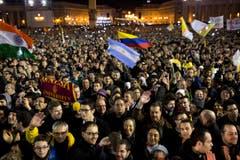 Die Menschen freuen sich über den neuen Papst - auch argentische Fahnen werden geschwenkt. (Bild: Keystone)