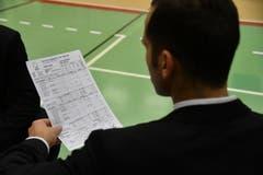 Ajaccios Trainer studiert die Matchstatistik. (Bild: Manuel Nagel)
