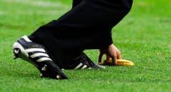 Bananenwürfe gegen schwarze Spieler waren früher auch in der Schweiz an der Tagesordnung. Hier entfernt ein Ordner an der EM 2012 eine Banane vom Rasen, die ein kroatischer Fan geworfen hat, als Italiens Mario Balotelli ausgewechselt worden ist. (Bild: Keystone)