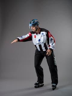 Puck im Tor (IIHF-Regel 94): Ein Tor ist gültig, wenn ein Team im laufenden Spiel den Puck in vollem Umfang über die Linie ins Tor geschossen oder gelenkt hat. Mit dem ausgestreckten Arm wird auf das Tor gezeigt, in welchem der Puck korrekt hineingelangt ist. (Bild: Keystone)