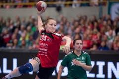 Goal per Sprungwurf: Thuns Corina Michelle Schmied. (Bild: Keystone)