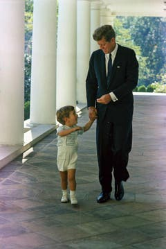Vater und Sohn am 10. Oktober 1963 im Weissen Haus. (Bild: Keystone)